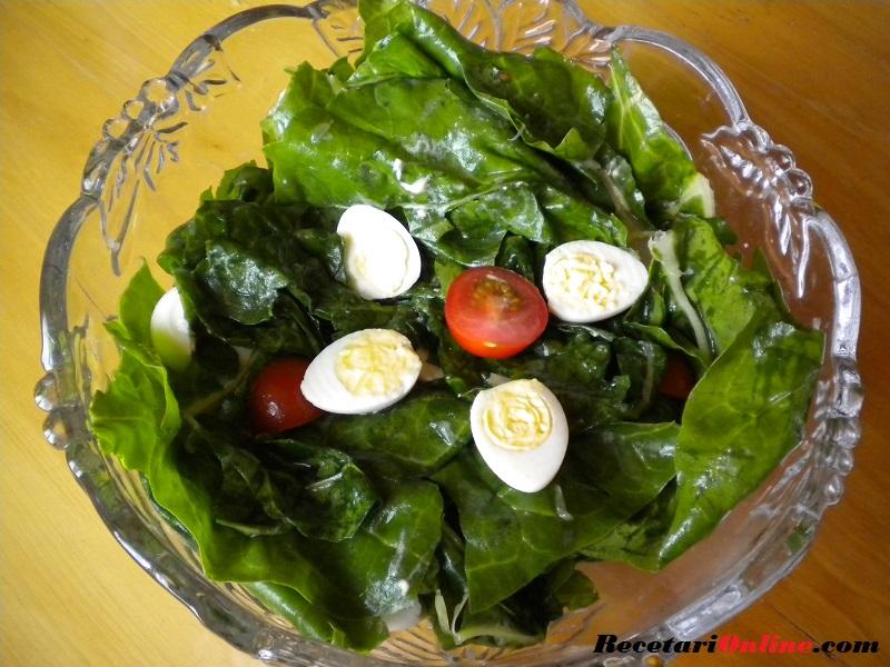 Ensalada de Acelga Cruda Con Tomate Cherry Y Huevo Codorniz