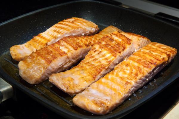 coccion por fuera del salmón en el sarten