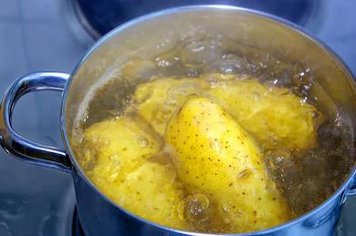 patatas en olla hirviendo