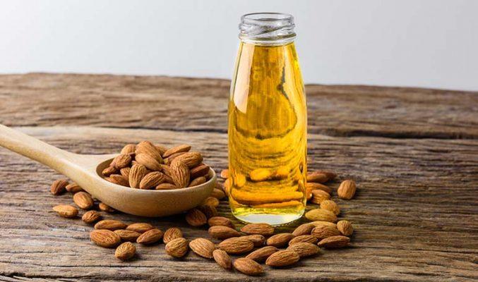 Almendras y frasco con aceite de almendras