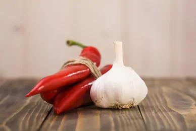 cabeza de ajo y pimiento rojo o chile