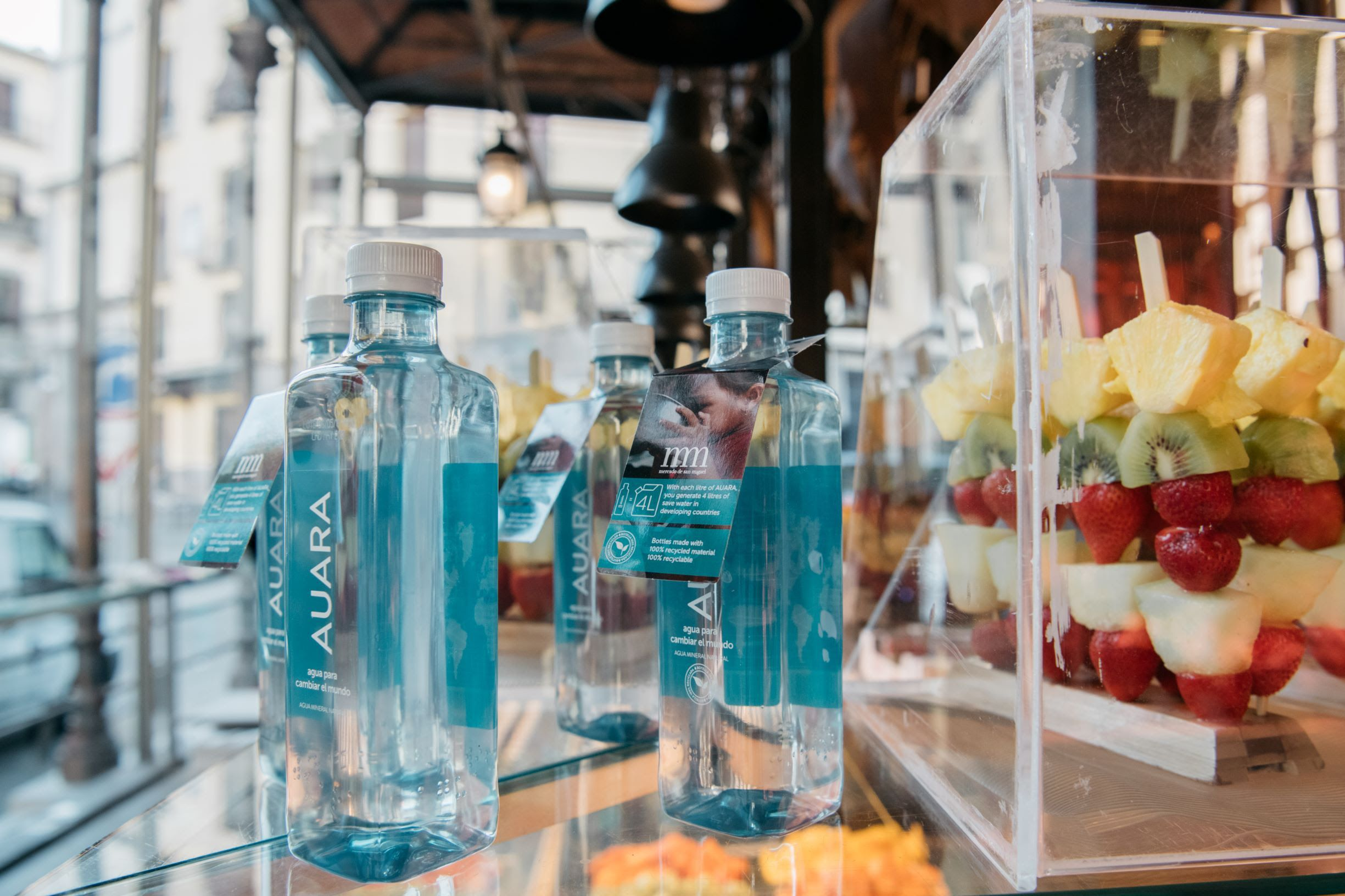 El Mercado de San Miguel se suma al proyecto solidario de AUARA al elegirla como agua oficial de sus puestos