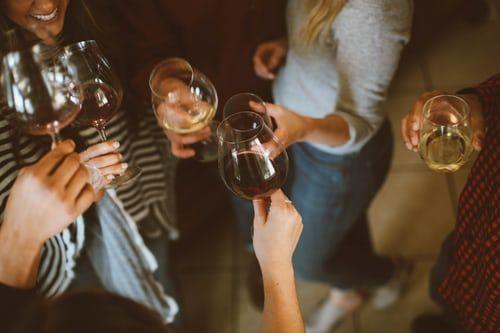 Delivinos Urban Gourmet presenta 5 vinos para llevar a casas de amigos